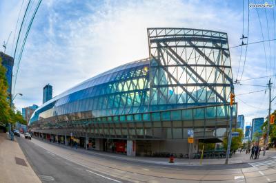 [14] 캐나다 토론토 온타리오 미술관(Ontario Art Gallery, Toronto, Canada)  프랭크 게리의 고향인 토론토는 물론 캐나다 전체를 대표하는 미술관 중 한 곳입니다.  1900년 처음 설립됐고 2008년 프랭크 게리의 손에서 새롭게 태어나게 되는데요.  온타리오 미술관은 캐나다 지역에서 프랭크 게리가 처음으로 설계한 건축물이며  그가 태어나 처음으로 미술을 접한 장소이기도 해서 매우 의미있는 작업이었다고 합니다.  그의 어린 시절과 연관돼 있고 그가 가장 아끼는 모티브인 '물고기'를 형상화했습니다.