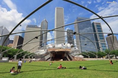 [10] 미국 시카고 제이 프리츠커 파빌리온(Jay Prizker Pavilion, Chicago, US)  프리츠커상을 만든 제이 프리츠커의 기부금과 프랭크 게리의 설계로 만들어진 야외 공연장입니다.  오케스트라 250명을 수용할 수 있는 무대와 4000명을 수용할 수 있는 관객석이 있으며,  무대를 중심으로 곡선 모양으로 퍼져 나가는 강철 프레임 덕분에 멀리까지 음향이 전달되도록 설계됐습니다.  매년 여름 시카고 시민들을 위해 열리는 무료 음악축제인 '그랜드 파크 음악제'가 이곳에서 열리는데요.  평소에는 시민들의 휴식처로 사랑 받으며 야외 결혼식장으로도 각광받고 있습니다.