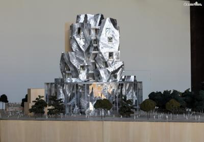 [17] 프랑스 아를 루마(Luma, Arles, France)  반 고흐가 사랑한 도시로 유명한 프랑스 아를에 지어지는 문화센터입니다.  소재와 형태 면에서 프랭크 게리의 개성이 여실히 드러나면서도,  건물 전체가 마치 고흐의 거친 붓터치를 연상시키는데요.  현재도 공사가 진행 중인 루마는 2020년 완공 예정입니다.