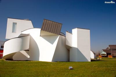 프랭크 게리가 설계한 '비트라 디자인 뮤지엄'은  특유의 독특한 건물 형태가 드러나면서도  콘크리트로 지어져 이후 그의 작품들과는 또 다른 느낌을 줍니다.  프랭크 게리는 들판과 어울리면서도 상반되는  도시 느낌의 건축물을 짓고자 했다고 인터뷰 한 바 있습니다.