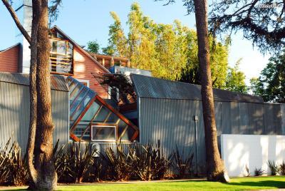 [3] 미국 게리 하우스(Gehry Residence, Santa Monica, USA)  안과 밖이 뒤집힌 듯한 외형, 목재·체인·유리·합판 등 여러 가지 재료,  어수선해 보이면서도 독특한 이 건물은 그와 그의 가족이 실제로 살았던 집입니다.  그래서 이름도 게리 하우스인데요. 처음 이 집은 단조로운 목조 건물이었다고 합니다.  그는 여러 해에 걸쳐 조금씩 집을 개조해나갔고, 자신의 집을 게리 하우스와 같이  개조하고 싶어하는 이웃들이 늘어나면서 조금씩 건축가로서 유명해지기 시작했습니다.