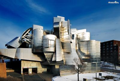 [6] 미국 미네소타 와이즈만 아트 뮤지엄(Weisman Art Museum, US)  90년대 초반부터는 미국 미네소타의 와이즈만 아트 뮤지엄을 시작으로  훗날 그의 시그니처로 굳어지는 '강철' 소재의 건축물들이 등장하기 시작합니다.  프랭크 게리는 미국인 조각가 엘스워드 켈리의 스웨이드 가죽 질감을 내는  스테인리스 조각 작품에서 영감을 얻어 이러한 소재로 건축 설계를 진행하게 되는데요.  이러한 소재가 미네소타 지역의 햇빛과 어우러져 독창적이고 친환경적인 미술관이 완성됩니다.