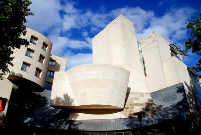 [12] 프랑스 파리 시네마테크 프랑세즈(Cinémathèque Française, Bercy, France)  전 세계에서 가장 많은 영화 자료를 보유하고 있는 것으로 알려진  프랑스 파리의 시네마테크 프랑세즈 역시 프랭크 게리의 작품입니다.  시네마테크의 자료들처럼 층층이 쌓아 올려진 곡선의 건물들이 인상적이며  파리의 가장자리에 위치한 베르시 지역에 위치하고 있습니다.