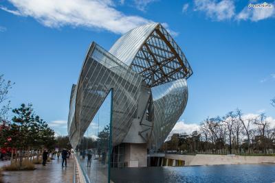 [16] 프랑스 파리 루이비통재단 미술관(Fondation Louis Vuitton, Paris, France)  2014년 프랑스 파리에 지어진 루이비통 미술관 역시 프랭크 게리의 작품입니다.   루이비통 미술관은 유리와 강철을 이용해 '돛단배' 형상으로 지어졌는데요.   19세기 귀족들의 여행 가방을 만들며 시작된 루이비통이라는 브랜드의 정체성을 담음과 동시에  어디론가 떠나고 싶게 만드는 감정을 모티브로 삼았다고 합니다.