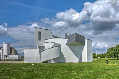 [4] 독일 비트라 디자인 뮤지엄(Vitra Design Museum, Germany)  1989년 완공된 비트라 디자인 뮤지엄은 프랭크 게리가 유럽 지역에서  최초로 설계한 건축물입니다. 비트라는 스위스의 저명한 가구 회사인데요.   1981년경 화재로 공장 대부분이 소실되자, 비트라에서는 전 세계의 유명한  건축가들을 모아 '비트라 캠퍼스'라는 큰 부지 안에 다양한 건축물들을 짓게 합니다.