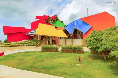 [15] 파나마 바이오무세오(Biomuseo, Panama)  색종이 조각을 이어 붙인 듯한 디자인이 인상적인 이곳은  2014년 개관한 북미 파나마의 자연사박물관 바이오무세오입니다.  4000㎡라는 거대한 규모로 세계 정상급 자연사 박물관으로 평가되는데요.  파나마의 열대 기후를 반영한 알록달록한 색감과  다채로운 자연생물군을 형상화한 비대칭 조각들이 특징입니다.