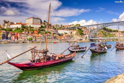 또한 포르투갈이라는 나라명이 유래한 곳이 바로 포르투이다. 고대 이베리아 반도가 로마제국의 지배를 받을 당시에 로마인들이 이곳을 '포르투스 칼레'라고 부른 것에서 국가명이 유래했다고 한다.