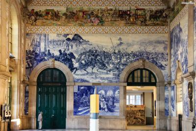 19세기 중엽 이후 프랑스를 중심으로 크게 유행했던  보자르 양식에 따라 3층 구조의 웅장한 건물을 지었다. 상벤투 기차역은 화려한 벽화로 장식돼 있는 내부 때문에 관광 명소가 됐다.