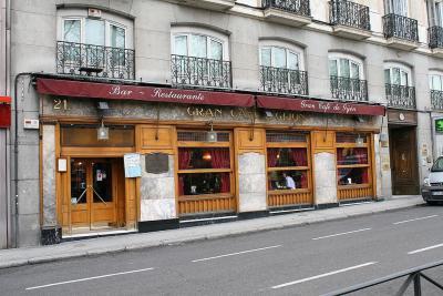 ▲카페 히혼(Jijon)  마드리드에서 달리가 자주 찾았던 단골 카페입니다.  1888년 문을 연 카페 히혼은 '카페 코메르시얄(Cafe Comercial)'과 함께  마드리드를 대표하는 카페로 알려져 있는데요. 프랑스의 카페 문화가 그랬듯  스페인의 지식인들과 예술가들도 카페에 모여 친분을 나누곤 했습니다.