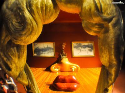 ▲달리 미술관에서 가장 유명한 공간, '메이 웨스트의 얼굴'.  미국의 유명 여배우 '메이 웨스트(Mae West)'를 본따 만든 작품입니다.  회화와 조각, 원근법과 공간감을 이용한 독특한 작품이죠.
