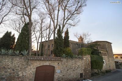 ▲스페인 피게레스 푸볼 성(Castell de Púbol, Spain)  1969년, 달리는 그의 아내 갈라를 위해 피게레스 지로나의 11세기 지어진 고성을 구입,  직접 보수하고 내부를 꾸며 그녀에게 선물하는데요. 갈라는 자신의 허락 없이  달리가 성에 들어오는 것을 금지해, 달리는 초대장 없이는 그녀를 만날 수 없었다고 합니다.  성 내부는 박물관으로 꾸며져 달리가 직접 제작한 여러 소품들과 두 사람의 사진 등이 전시돼 있습니다.
