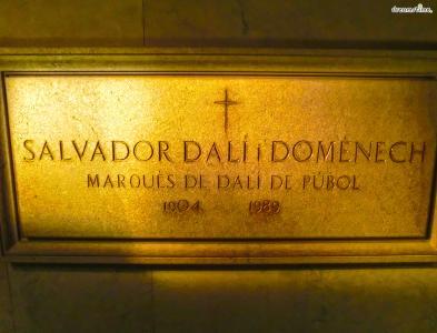 [7] 달리의 무덤(Dali's Grave)  달리는 1989년 1월 23일 그의 고향 피게레스에서 심장마비로 사망하는데요.  달리의 무덤은 피게레스 달리 극장 박물관에 위치해있습니다.  지난 2017년 자신이 살바도르 달리의 친딸이라 주장한 60대 여성이 있어,  친자 확인을 위해 달리의 무덤을 열어 그의 DNA를 채취했으나  검사 결과 거짓으로 밝혀진 해프닝도 있었습니다.