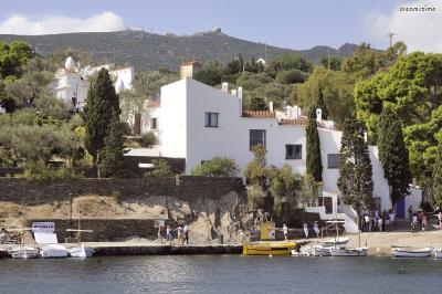 ▲달리의 집(Casa-Museu Salvador Dalí, Cadaques, Spain)  달리가 그의 말년을 보냈던 집으로, 현재는 박물관으로 쓰이고 있습니다.  그의 작업실과 정원을 비롯해 그가 직접 제작한 가구들, 소품들이 전시되고 있으며  그가 말년에 몰두했던 주제이자 이 집에서 그렸던 성화(聖畵)들도 만나볼 수 있습니다.