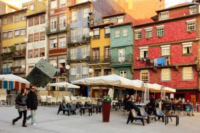 ▲히베이라 광장은 포르투 구시가지의 중심이 되는 곳이다. 14세기에 조성된 이 광장은 포르투에서 가장 오래된 지역이기도 하다. 북쪽으로는 시청, 광장 맞은편에는 대성당과 상벤투 기차역,  동쪽에는 포르투 최대 쇼핑거리가, 서쪽에는 클레리구스 성당이 자리해 있다.