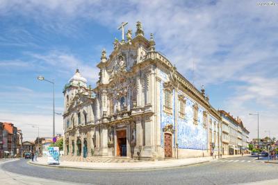 포르투 시내를 구경하다보면 푸른빛 타일로 장식된 건물들을 쉽게 찾을 수 있다. ▲카르무 교회도 외관 옆면이 아줄레주로 아름답게 장식돼 있는데 이 벽화는 1912년 카르멜리타스 수도회 기사단 창립에 관련된 내용을 담고 있다.
