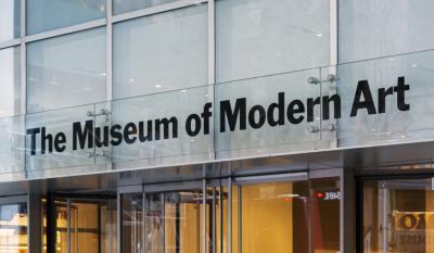 [5] 미국 뉴욕현대미술관 (The Museum of Modern Art, New York, US)  달리의 가장 유명한 작품, 《기억의 지속》 역시 미국에서 만나볼 수 있습니다.  세계 최고의 현대미술관으로 불리는 뉴욕현대미술관에서 해당 작품을 소장하고 있는데요.  이외에도 뉴욕현대미술관은 피카소의 《아비뇽의 처녀들》, 고흐의 《별이 빛나는 밤에》,  르네 마그리트의 《연인들》 등 현대미술에 한 획을 그은 작품들을 다수 소장하고 있습니다.  달리의 《기억의 지속》 역시 그러한 반열에 속해 있다는 반증이겠죠.