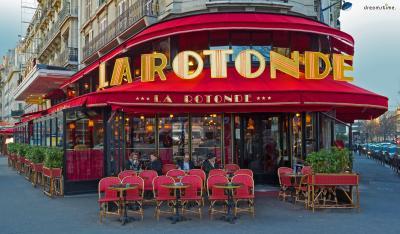 ▲카페 라 로통드(La Rotonde) 달리의 단골 카페로 유명한 몽파르나스의 카페 라 로통드. 달리 외에도 피카소, 샤갈, 모딜리아니 등 여러 화가들이 이곳의 단골이었다고 하는데요. 당시 라 로통드의 주인 빅토르 리비옹은 가난했던 파리의 화가들에게 외상으로 커피와 식사를 내어주었다고 합니다. 화가들은 그 비용을 갚을 때까지 자신의 그림을 맡겨두곤 했고, 그렇게 소장하게 된 유명 작가들의 작품들이 이 카페를 유명하게 만들었습니다.