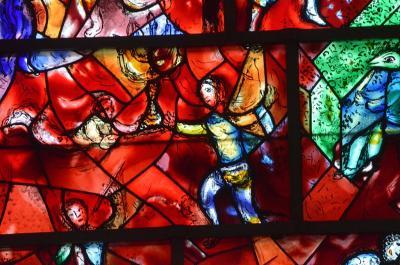 [10] 영국 치체스터 성당(Chichester Cathedral, England, UK)  런던에서 남서쪽으로 100km 가량 떨어진 소도시 치체스터에 위치한 성당입니다.  11세기 세워진 중세 성당으로, 영국에서도 손꼽히는 유서깊은 성당인데요.  샤갈이 작업한 스테인드글라스는 대부분 푸른색인데,  치체스터 성당의 스테인드글라스는 독특하게 붉은색을 띠고 있습니다.  ⓒPublic Domain
