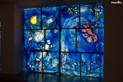 [12] 미국 시카고 미술관(The Art Institute of Chicago, US)  샤갈의 스테인드글라스 작품 중에서도 걸작으로 꼽히는 《미국의 창문》은  시카고 미술관에서 전시되고 있습니다. 미국 독립 200주년을 기념해 제작한 작품으로,  전쟁 중 자신에게 피난처를 마련해준 미국에게 감사하는 마음을 담았다고 하네요.