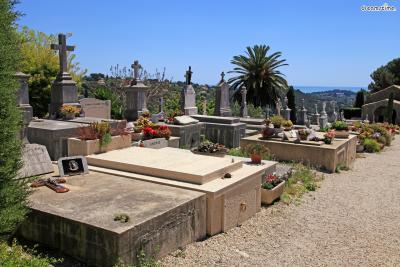 ▲샤갈의 무덤이 위치한 생폴 공동묘지(Saint Paul Town Cemetery)  샤갈은 생폴드방스의 공동묘지에 아내 바바와 함께 묻혔습니다.  생폴 공동묘지는 정갈하고 소박한 풍경이 인상적인데요.  이곳엔 무덤마다 꽃이 올려져 있지만, 샤갈의 무덤 위에는  유대인의 전통에 따라 꽃 대신 조약돌들이 올려져 있습니다.