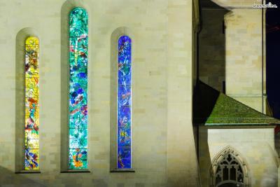 [9] 취리히 프라우뮌스터 성당(Fraumünster Church, Zurich, Switzerland)  스위스 취리히의 랜드마크, 프라우뮌스터 성당에서도  샤갈의 스테인드글라스를 만나볼 수 있습니다.  샤갈은 성가대석 인근의 5개의 창문 스테인드글라스를 작업했으며,  믿음·소망·사랑과 관련된 성서 속 여러 이야기를 다뤘습니다.