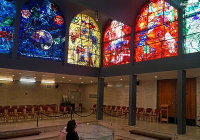 [8] 이스라엘 하다사 메디컬 센터(Hadassah Medical Center, Jerusalem, Israel)   이스라엘의 수도, 예루살렘의 히브리 대학 하다사 의료센터에 있는  유대교 회당에는 샤갈이 작업한 대형 스테인드글라스가 설치되어 있습니다.  이스라엘의 열두 지파를 그린 것으로, 1962년 완성되었습니다.