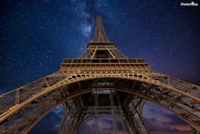 [3] 프랑스 파리(Paris, France)  상트페테르부르크에서 미술 공부를 시작한 지 3년 뒤인 1910년, 샤갈은  지도 교수 레옹 바크스트의 권유에 따라 예술의 도시 파리로 떠나게 됩니다.  샤갈은 모딜리아니, 기욤 아폴리네르, 블레즈 상드라르 등 다양한 예술가들과 어울리며  여러 화풍들을 실험했고, 파리를 '나의 두 번째 비텝스크'라 부르기도 했는데요.  이 시기 그는 '모이셰 세갈'이었던 본명을 프랑스식 이름인 '마르크 샤갈'로 개명합니다.
