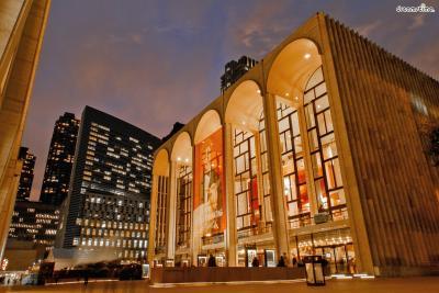 ▲메트로폴리탄 오페라 하우스(Metropolitan Opera House)  뉴욕을 대표하는 오페라 하우스이자 세계 최고의 오페라 하우스라는  명성을 얻고 있는 곳입니다. 메트로폴리탄 오페라 하우스 2층 로비에는  1966년 샤갈이 그린 《음악의 승리》라는 벽화가 자리하고 있습니다.