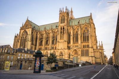 [6] 프랑스 메츠 대성당(Metz Cathedral)  프랑스 북동부의 작은 도시 메츠. '생 테티엔 성당'으로도 불리는  메츠 대성당에는 1960년 샤갈이 직접 그린 스테인드글라스가 있습니다.  샤갈은 1944년 첫 아내 벨라가 사망하고 약 9년 간 붓을 잡지 못하지만,  1952년 두 번째 아내 바바와 결혼하며 서서히 활동을 재개하게 됩니다.  이 시기에 주로 작업한 것이 스테인드글라스였습니다.