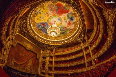 ▲가르니에 오페라 극장(Opéra Garnier)  1963년, 샤갈이 77세가 되던 해, 프랑스 문화부 장관이었던  작가 앙드레 말로는 샤갈에게 가르니에 오페라 극장의 천장화를 의뢰합니다.  유대인 출신인 샤갈에게 프랑스의 문화재를 맡긴다며 당시 수많은 논란과 비난이 일었지만,  1년 여 작업 끝에 샤갈은 보란듯이 《꽃다발 속의 거울》이라는 아름다운 천장화를 완성해냅니다.  작품을 공개하던 순간, 샤갈의 천장화를 보고 눈물을 흘리는 사람들도 있었다고 합니다.