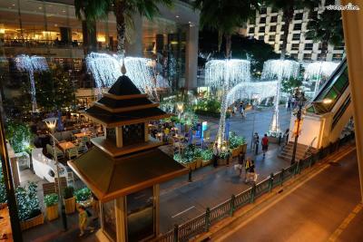 [4] 칫롬(Chidlom)  시암에 인접해있는 번화가 칫롬은 '방콕의 청담동'으로 불리며  시암과 함께 방콕의 쇼핑 거리 중 하나로 꼽히는 곳이다.  다른 번화가들에 비해 깔끔하고 한적한데다 교통편도 편리하고  로컬 맛집들이 몰려 있어 현지인들이 많이 찾는 곳이다.