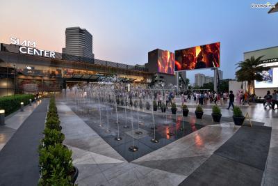 [3] 시암(Siam)  방콕 최고의 쇼핑 지구라 불리는 시암.  방콕을 대표하는 대형 쇼핑몰들이 밀집해있으며,  쇼핑몰마다 지향하는 콘셉트가 다 달라 고급 명품 쇼핑부터  디자이너 브랜드, 아울렛 쇼핑까지 다양하게 즐겨볼 수 있다.