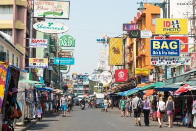 [1] 카오산 로드(Khaosan Road)  '배낭여행자들의 천국'이라 불리는 카오산 로드는  방콕에서 가장 유명한 거리이자 가장 번화한 거리다.  약 400m의 짧은 거리지만 저렴한 숙박시설, 식당, 기념품점, 마사지숍,  카페, 바 등이 밀집되어 있어 연중내내 수많은 인파로 붐빈다.