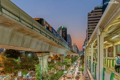 [2] 수쿰빗(Sukhumvit)  '방콕의 강남'이라 불리는 곳. 관광명소는 없지만 방콕 제일의 번화가로  수많은 호텔과 스파, 레스토랑, 클럽, 바 등이 이곳에 자리한다.  골목 별로 각기 테마가 있으며 골목마다 번호가 붙어있어 찾기 쉽다.  100여 곳의 골목이 있지만 soi 1~24번이 주요 번화가로 통한다.
