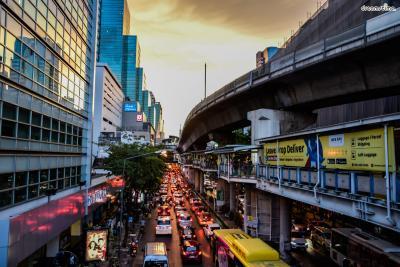 [5] 실롬(Silom)  방콕 최대의 유흥지구로 꼽히는 실롬.  밤이 되면 들어서는 각종 야시장과 스트립 바,  게이 바, 클럽 등이 이곳의 명소다.