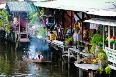 [6] 리버사이드(Riverside)  리버사이드는 짜오프라야강 인근에 위치한 번화가로,  다양한 쇼핑몰과 복합문화센터 등이 즐비해 있으며,  짜오프라야강의 멋진 풍경을 즐길 수 있다는 장점이 있다.  운치있는 분위기 덕분에 방콕의 젊은이들이 즐겨찾으며,  현지인과 관광객 모두에게 인기 많은 번화가이다.