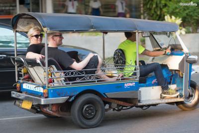 [5] 툭툭 타보기(Tuk-tuk)  쏭태우(Songthaew)라고도 불리는 태국의 대표적인 교통수단 툭툭은  사진과 같이 삼륜 오토바이를 개조한 것으로 동남아와 인도 등  전 세계적으로 몇 국가 밖에 남아 있지 않아 희소가치가 있는 경험이다.  다만 바가지 요금이 악명 높기 때문에 장거리보다는 단거리에 적합하다.