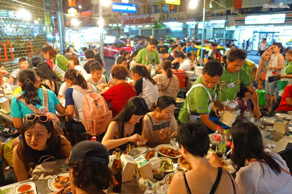 [11] 먹방 투어(Food)  우리나라에서는태국 또한 '먹방 천국'으로 유명하다.  저렴한 가격에, 특색 있으면서도 우리 입맛에 잘 맞는  태국 음식은 적게 먹고 올수록 손해다.