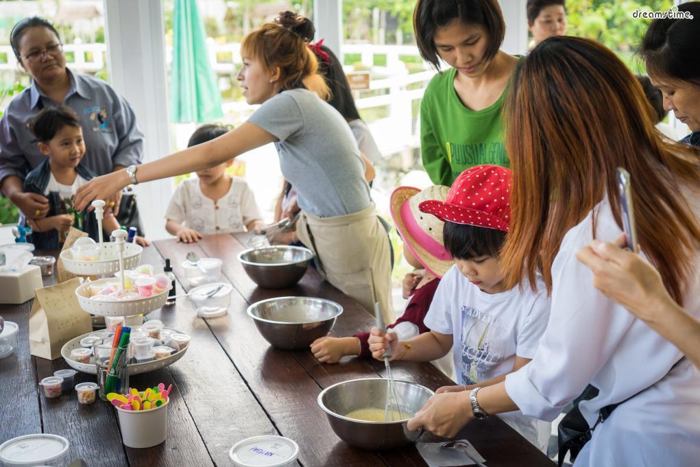 [4] 쿠킹 클래스(Cooking Class)  최근 방콕 여행에서 필수 코스로 꼽히는 이색 체험 중 하나다.  태국 현지 셰프와 장 보기부터 시작해다양한 태국 음식을 만들어 먹는 체험이다.  태국음식에 대한 자세한 설명은 물론, 신선한 재료를 고르는 법까지 배운다.  혼행족부터 온 가족이 함께 할 수 있다는 것도 장점.