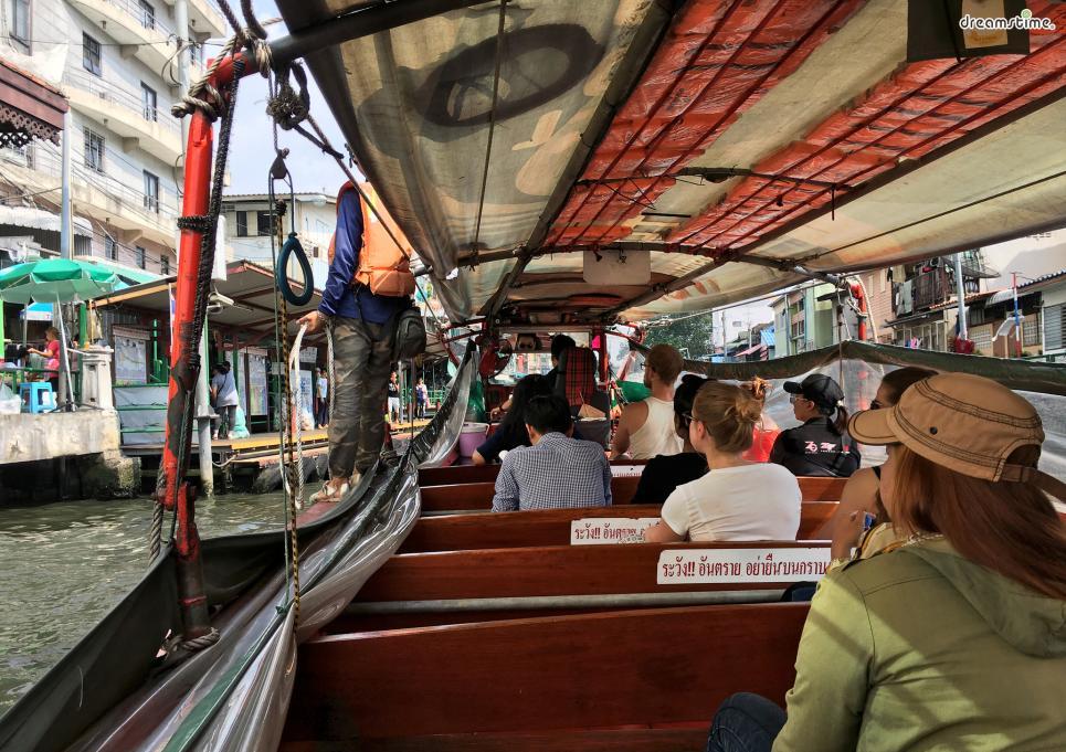 [6] 수상버스 타보기(Water Bus)  교통 체증이 심하기로 유명한 방콕. 차오프라야강에서 운영되는  수상버스는 관광도 되지만효율적인 교통수단이 되기도 한다.  5개의 노선이 운영되고 있으며, 아시아티크나 왓포, 왓아룬 등  방콕의 주요 관광명소 또한 수상버스를 통해서 갈 수 있다.