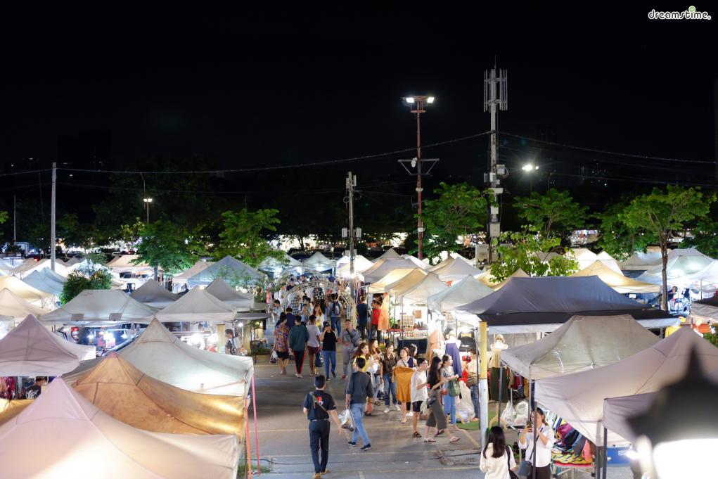 ▲여행 예능 <배틀트립>에도 소개됐던  롯파이 야시장(Rot Fai Market).