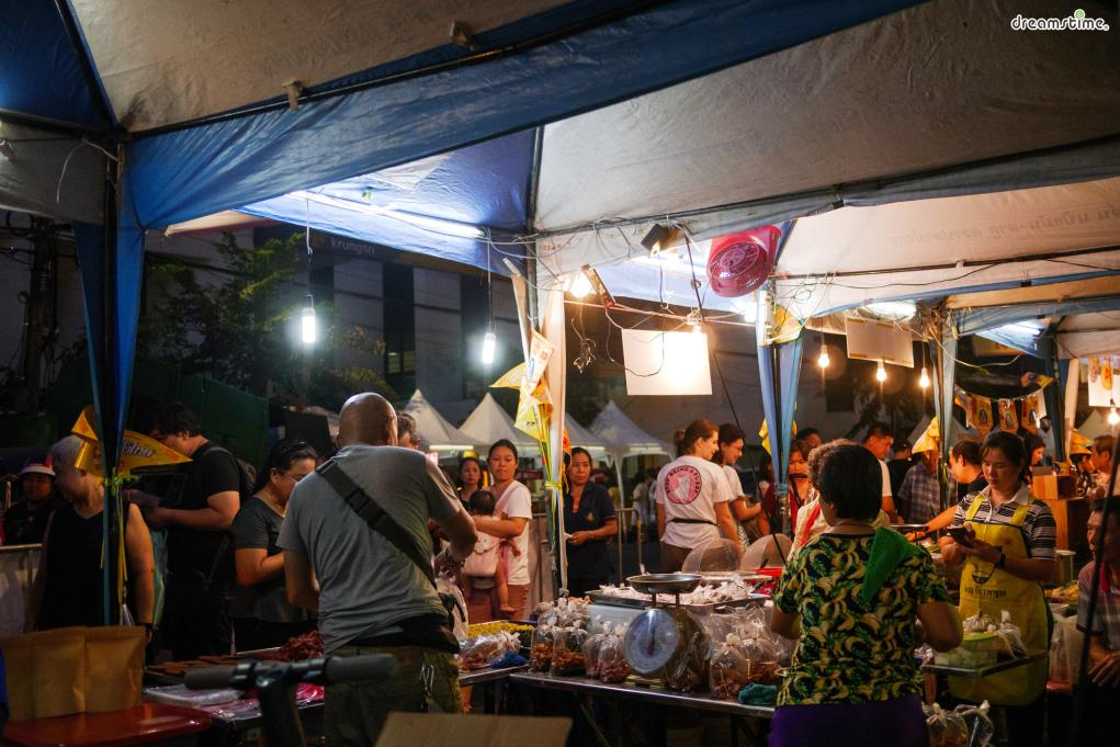 [10] 야시장 투어(Night Market Tour)  태국의 독특한 문화가 담긴 야시장.  방콕 곳곳에서는 다양한 야시장을 찾아볼 수 있다.  세련된 아시아티크가 들어선 뒤로 야시장의 인기는 주춤하다지만  날것 그대로의 야시장은 그 나름대로의 매력이 있다.
