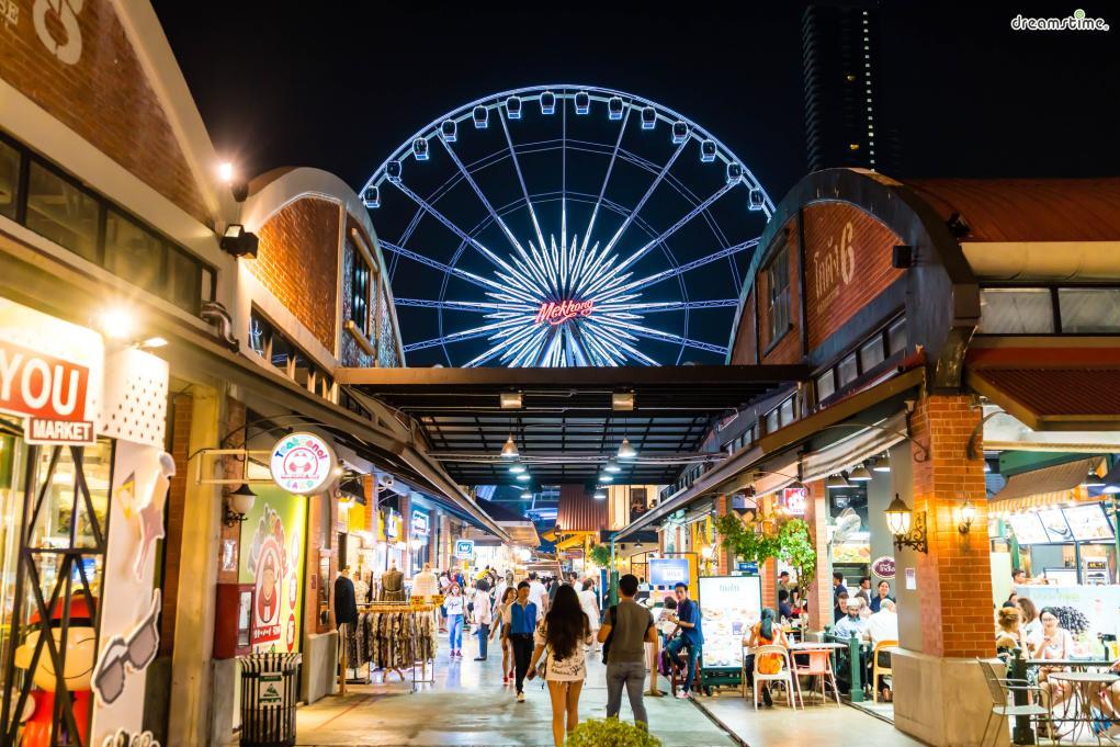 [1] 아시아티크에서 인증샷 남기기(Asiatique)  최근 가장 많은 방콕 인증샷이 올라오는 랜드마크다.  대형 쇼핑몰처럼 꾸며진 리버사이드의 야시장 아시아티크는  저렴하면서도 훌륭한 퀄리티를 가진 갖가지 아이템들과 함께  아름다운 차오프라야강의 운치까지 느껴볼 수 있는 곳이다.