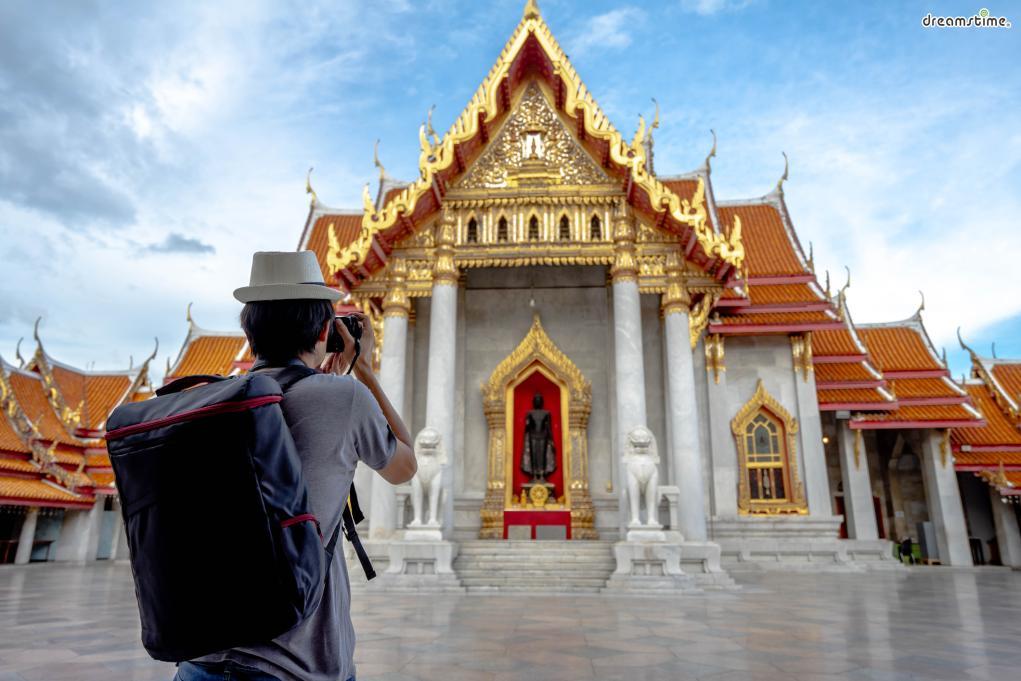 [2] 사원 방문하기(Temple Tour)  태국에서 불교는 단순히 종교가 아니라 문화 자체다.  왓 포, 왓 아룬, 왓 프라깨우 등 태국을 대표하는 아름다운 사원들과  우리나라와는 사뭇 다른 태국 사원의 건축 양식도 눈여겨보자.  다만 어떤 사원이든 민소매, 반바지, 슬리퍼 등의 차림으로는  출입이 불가능하니복장에 유의해야 한다.