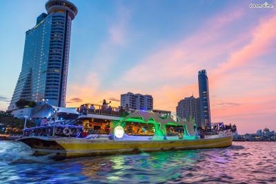[7] 디너 크루즈 즐기기(Dinner Cruise)  차오프라야강의 멋진 풍광을 즐기기엔 디너 크루즈 만한 것이 없다.  방콕에는 10 종류가 넘는 디너 크루즈가 운영되고 있으며,  100명 미만이 탑승하는 크루즈도 있고, 몇 백 명 단위로 탑승이 가능한 크루즈도 있다.  비용과 규모, 유형 등을 고려해 자신에게 맞는 디너 크루즈를 선택하면 된다.