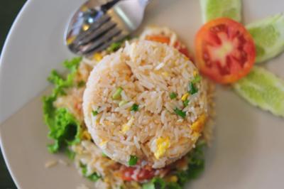 ▲태국식 볶음밥, 카오 팟(Khao Phat)'  새우·오징어·닭고기·돼지고기·쇠고기·달걀 등을 사용해  여러 가지 채소와 함께 볶는 것이 특징.