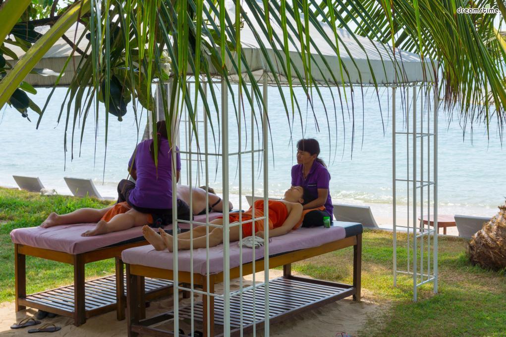 [3] 1일 1 마사지(Thai Massage)  세계적으로 유명한 태국 마사지. 방콕에 갔다면 마사지가 필수다.  타이 마사지, 발 마사지, 오일 마사지 등 종류가다양하며  가성비 높은 카오산로드, 럭셔리한 실롬 등 지역에 따라 스타일도 다르다.  묵은 피로를 털어버릴 수 있는 1일 1마사지를 추천한다.