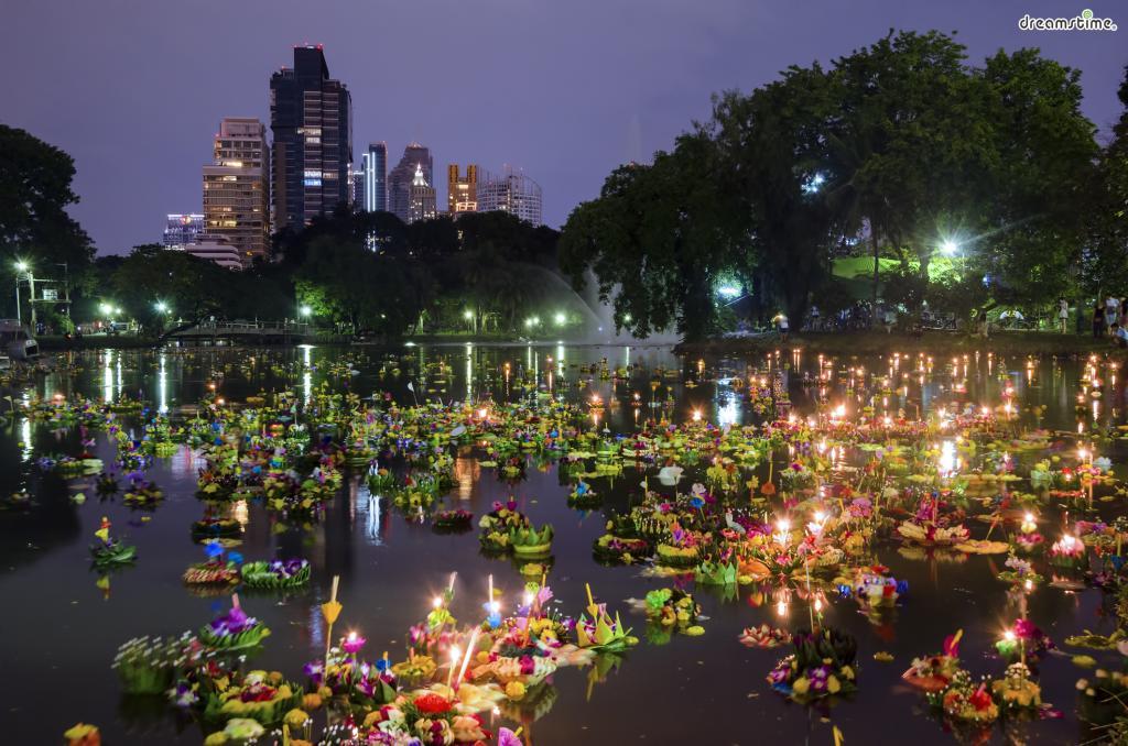 [8] 축제 즐기기(Festival)  방콕에서는 세계적으로 유명한 축제들이 열린다.  낭만적이기로 유명한 러이끄라통 축제부터  세계 10대 축제에 들어가는 송끄란 축제까지  시기를 잘 맞춰 가면 잊지 못할 경험을 해볼 수 있다.
