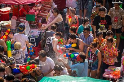 ▲매년 4월 중순, 방콕 전역에서 열리는 물총 축제, '송끄란'.  서로에게 물을 뿌리며 복을 기원하는 전통을 담은 축제다.