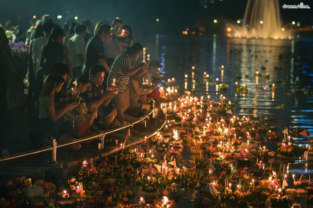 ▲매년 11월 말부터 열리는 태국의 가장 큰 축제, '러이끄라통'.  연꽃배를 만들어 차오프라야강에 띄우며 좋은 일을 기원하면 된다.